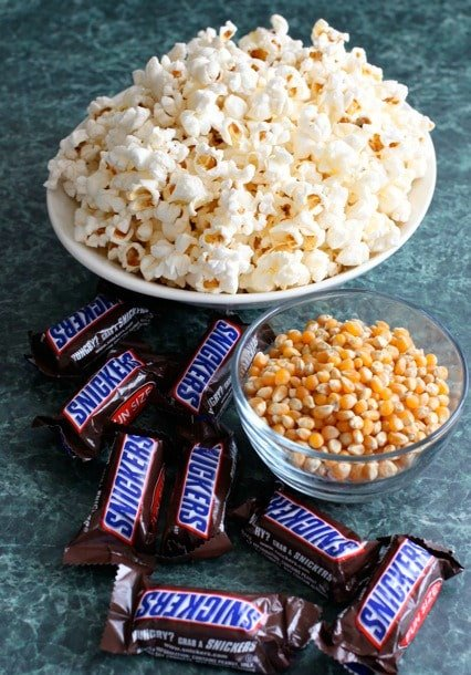 popcorn-in-bowl-with-snickers